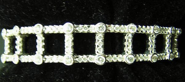 622: Contemporary 18K White Gold and Diamond Hinged Cuf