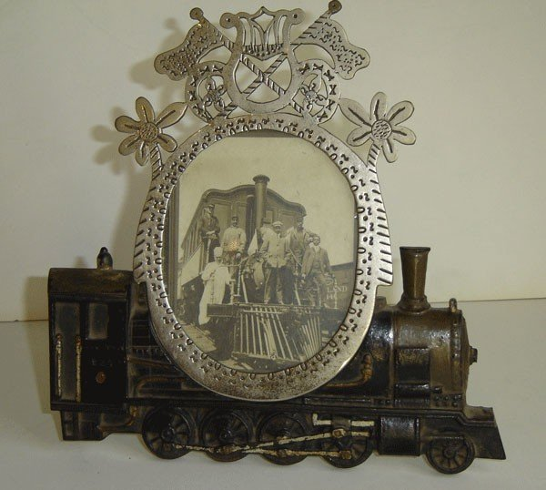 146: Charming Cast Iron Vintage Picture Frame