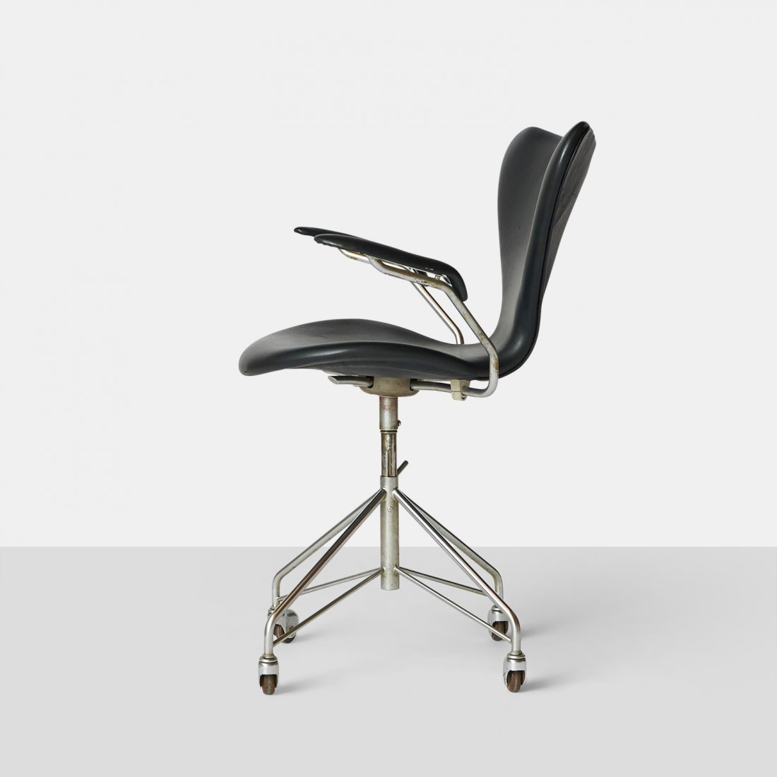 Arne Jacobsen, Series 7 Office Chair with Arms - 2