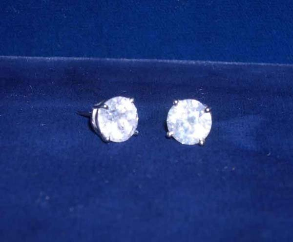 624: White Gold and Diamond Stud Earrings