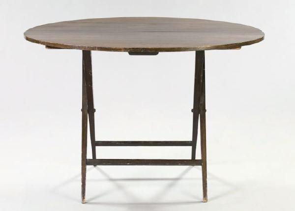 25: Victorian Mahogany Hunt Table,