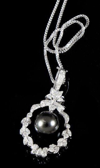 869: Gold, Pearl and Diamond Pendant Necklace