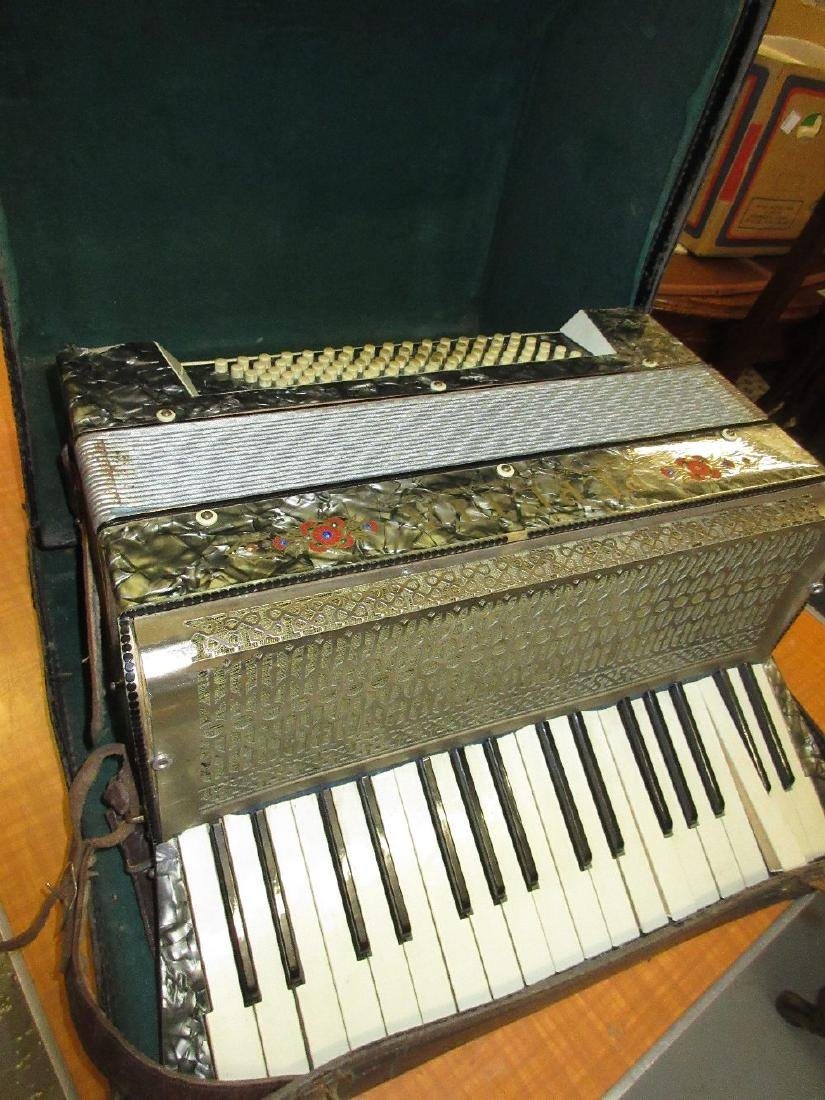 Peretta piano accordion in original box (a/f)
