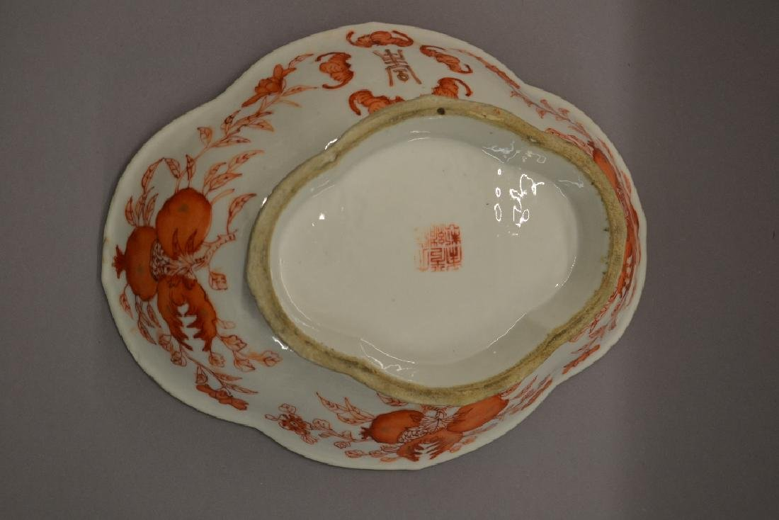 Chinese oval porcelain bowl decorated in cerise, signed - 2