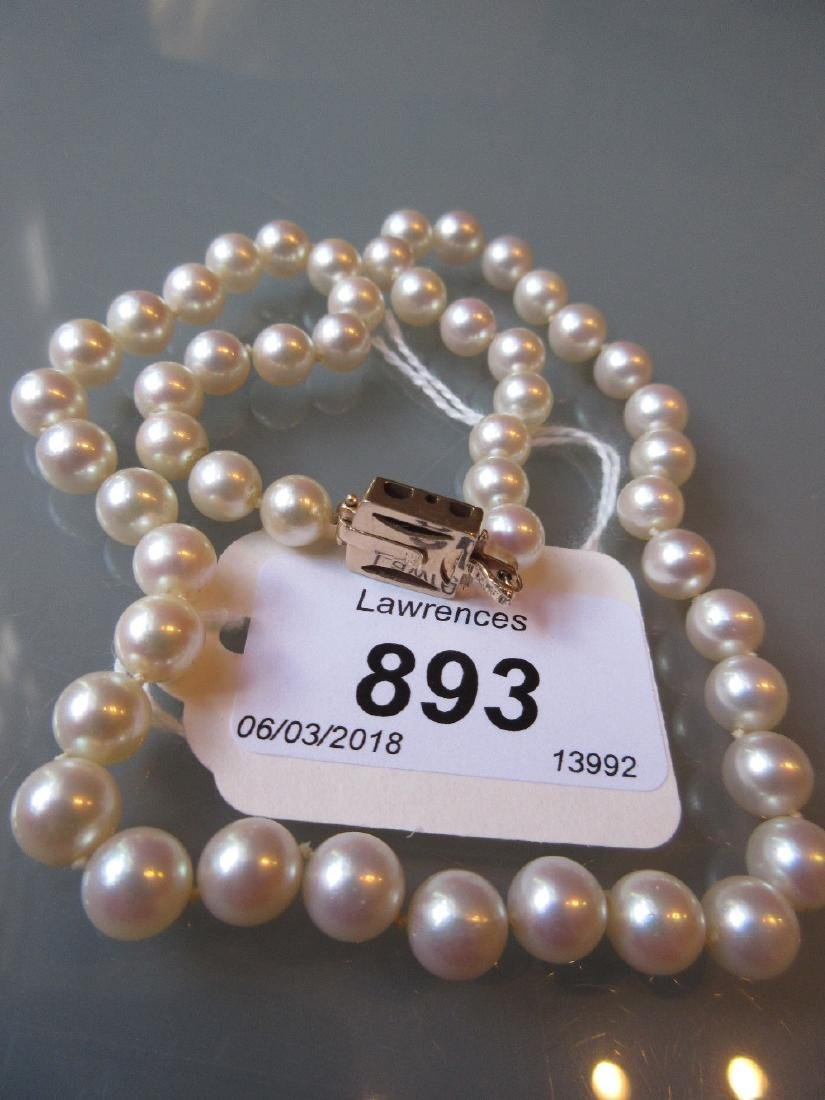 Single row cultured pearl necklace with 14ct gold clasp