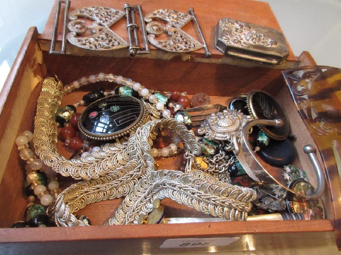 Quantity of miscellaneous costume jewellery
