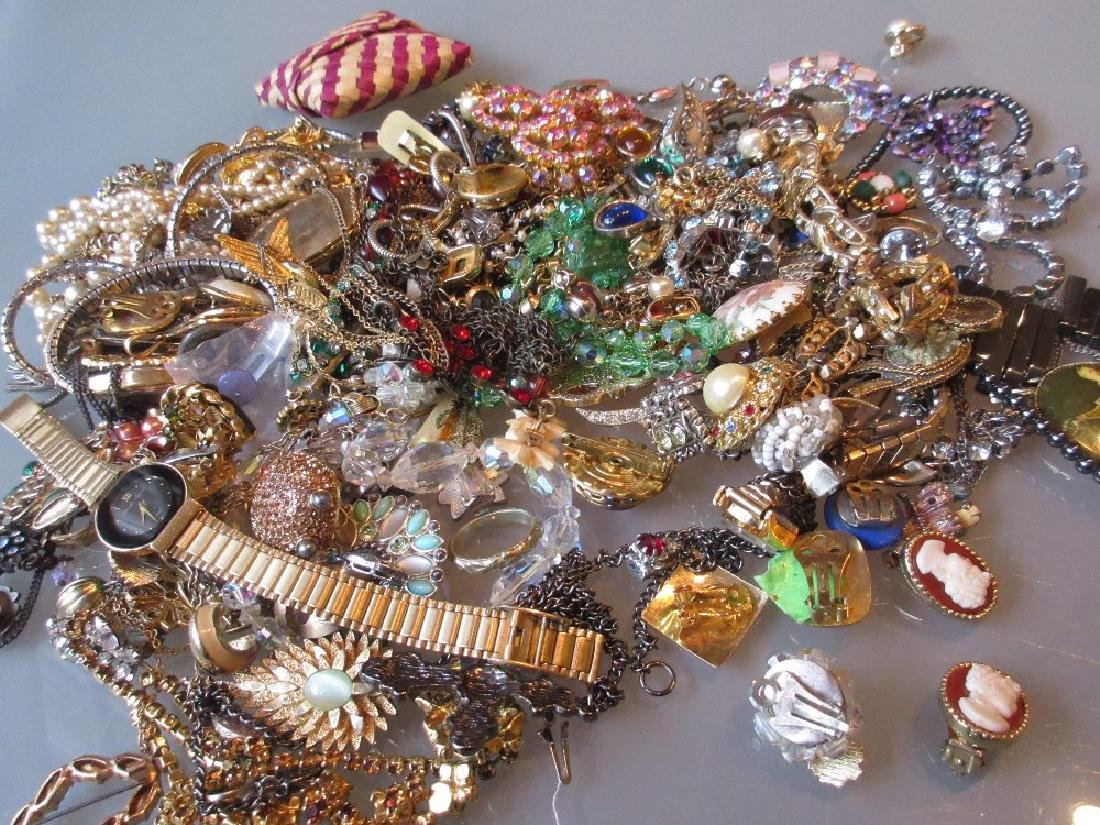 Quantity of costume brooches and other jewellery
