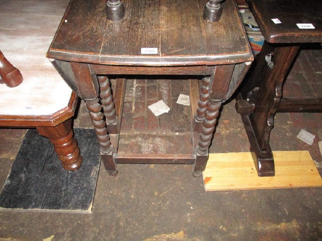 Mid 20th Century oak drop-leaf oval gate leg table on