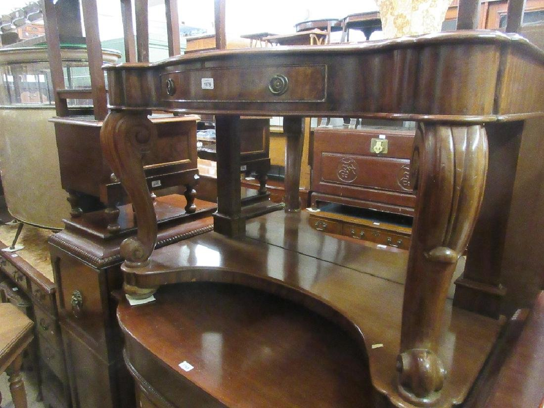 Victorian mahogany serpentine fronted dressing table