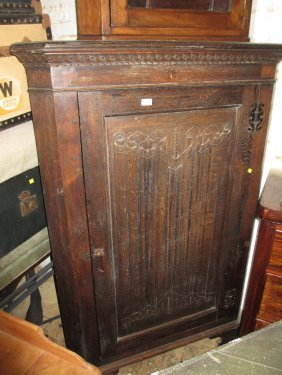 Early 20th Century Oak Standing Corner Cabinet With A
