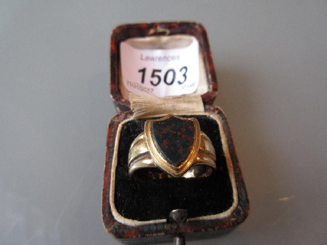 Gentleman's 18ct yellow gold signet ring set with a