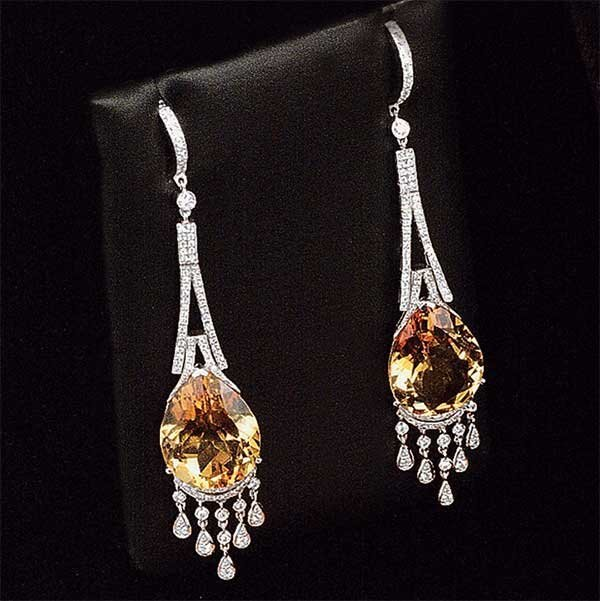 1003: Pair of 18 kt. white gold dangle earrings with tw