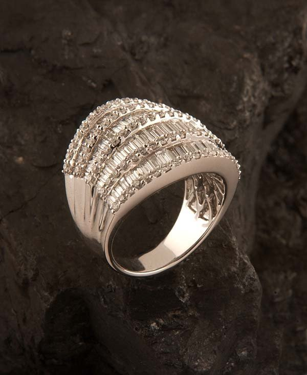 16: 18 kt. white gold ring with 180 round and baguette