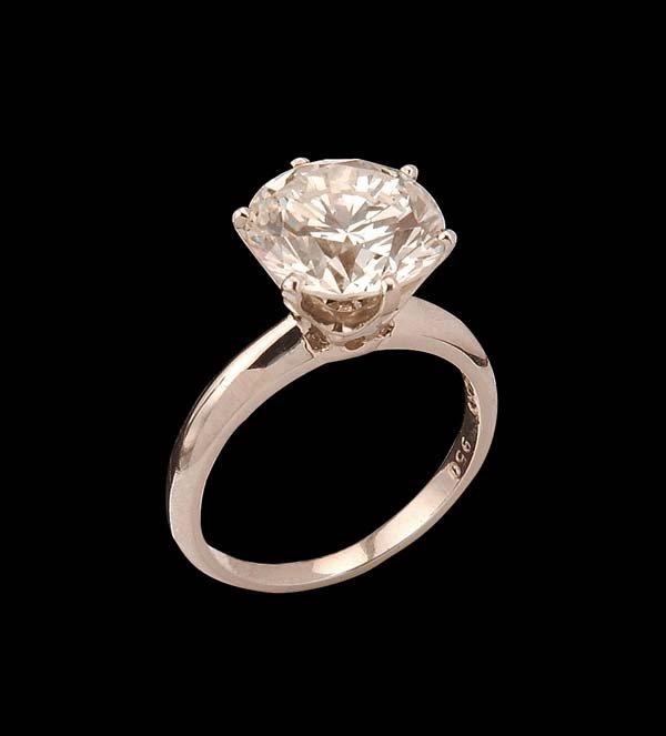 215: Platinum solitaire ring with one round brilliant c