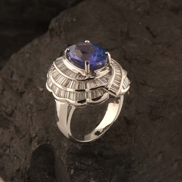 20: 18 kt white gold ring with one oval tanzanite, appr