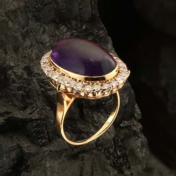 17: 18 kt. yellow gold ring set with an oval amethyst s