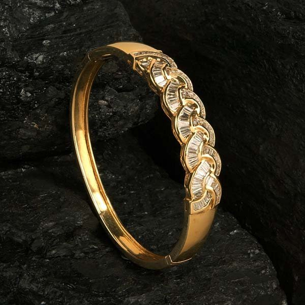 24: 18 kt. yellow gold ornate bangle bracelet with 92 t