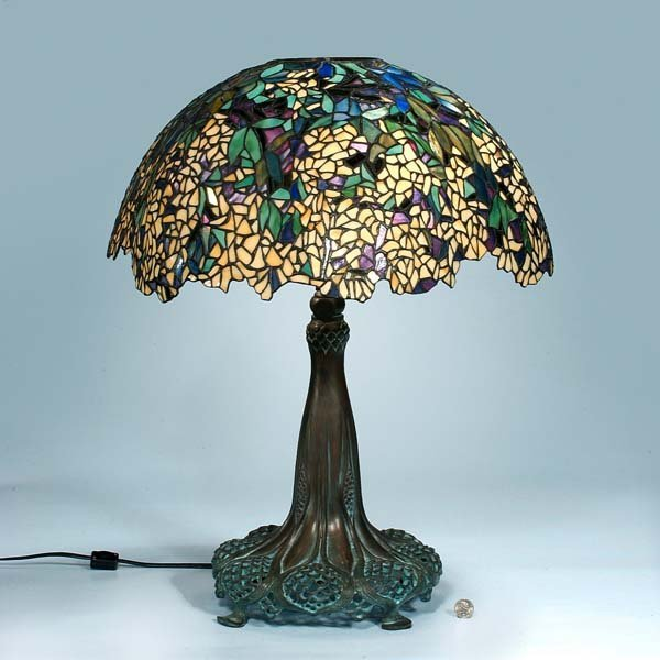 445: Tiffany style leaded glass table lamp