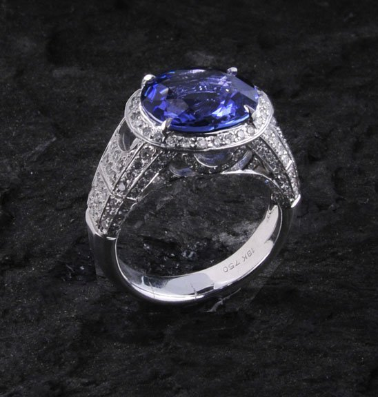 14: 18 kt. white gold ring with one oval blue sapphire,
