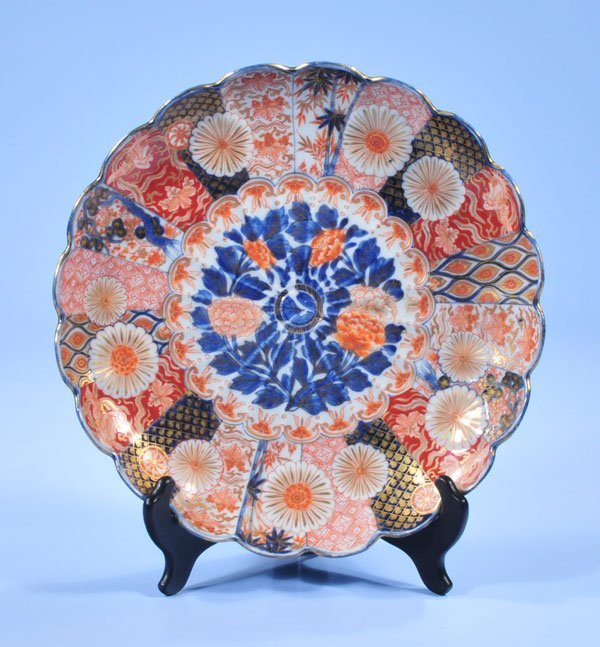 1024: Imari porcelain charger with scalloped border and