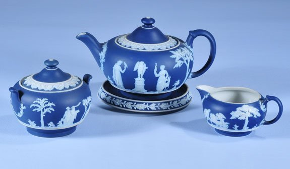 5: Blue and white Wedgwood tea pot, hot plate and cream