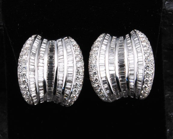 20: Pair of 18 kt. white gold ornate earrings with 320