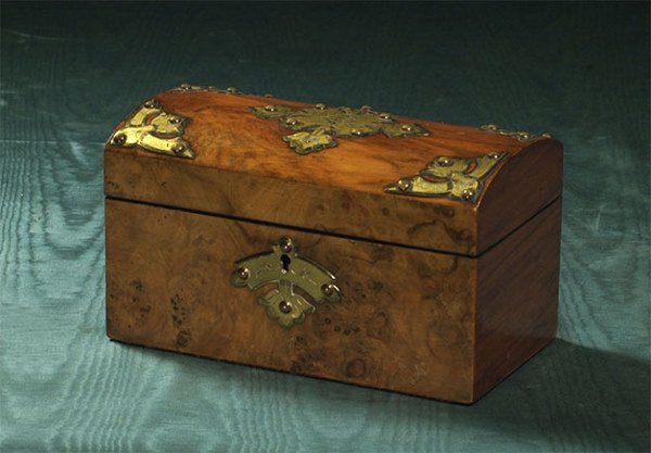 1020: Brass bound Georgian walnut dome top tea caddy wi