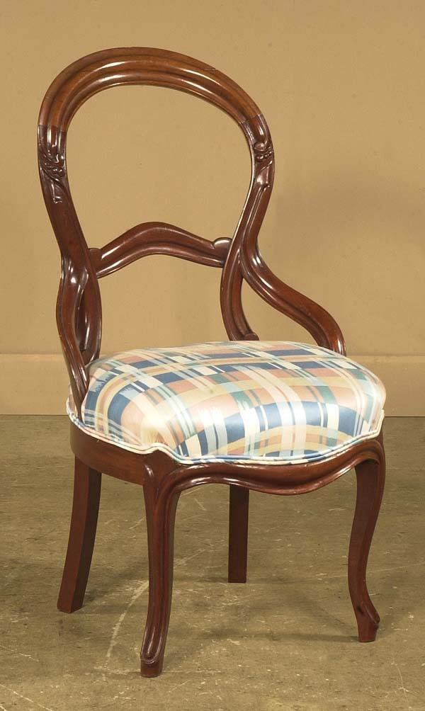 1471: American Victorian walnut side chair on carved le