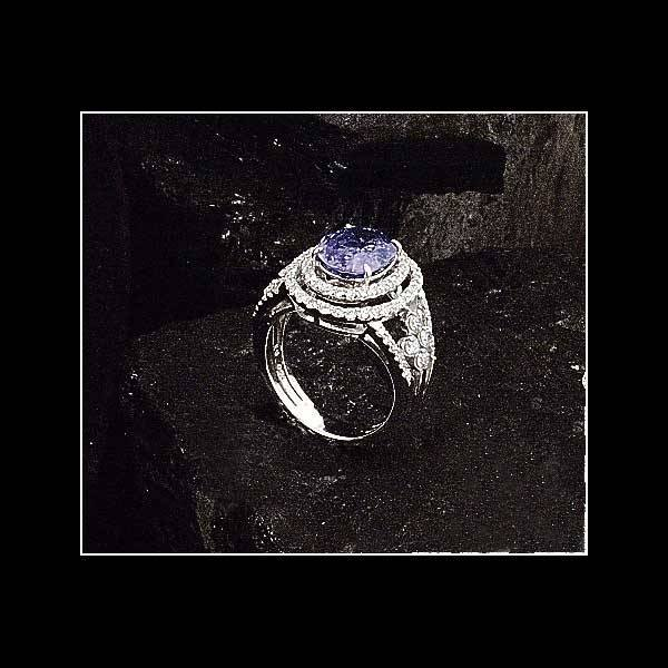 1017: 18 kt. white gold ring with one oval sapphire, ap