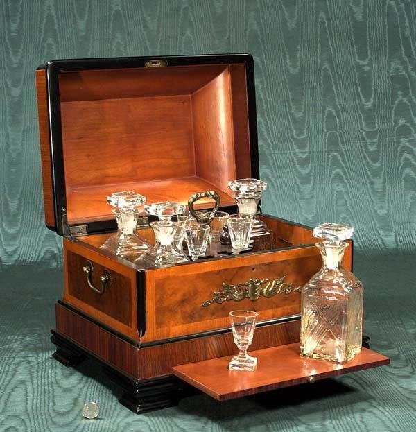 1286: Walnut and rosewood Tantalus set with four crysta