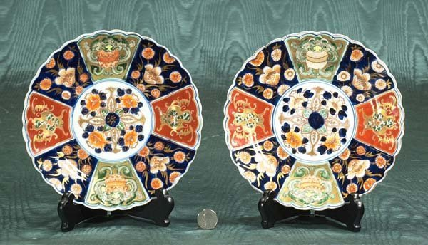 8: Pair of Imari plates with scalloped borders and gree