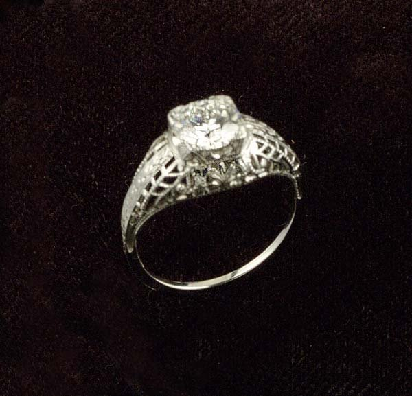 23: 18 kt. white gold filigree solitaire ring with one