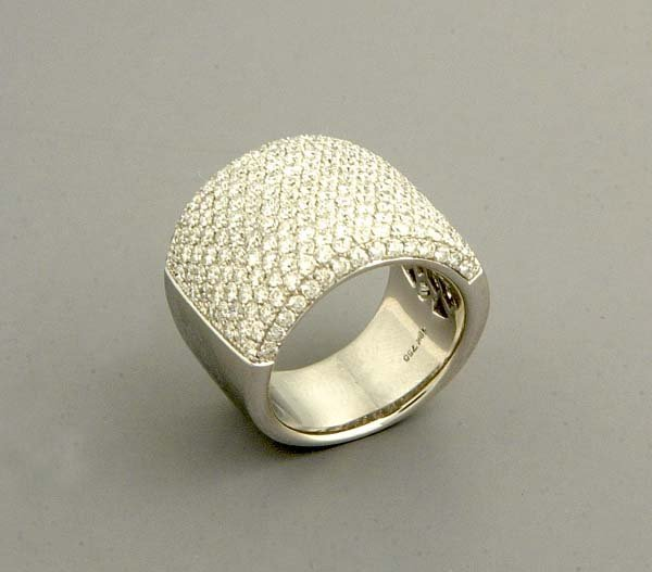 16: 18 kt. white gold pave diamond ring with 201 round