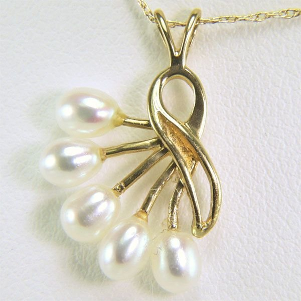 41002: 14KT 3mm Pearls Pendant w/ 18in Chain 15x13mm