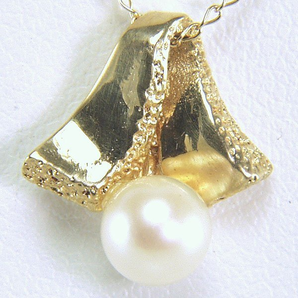 41035: 14KT 5.5mm Pearl & Ribbon Pendant w/ Chain 13x12