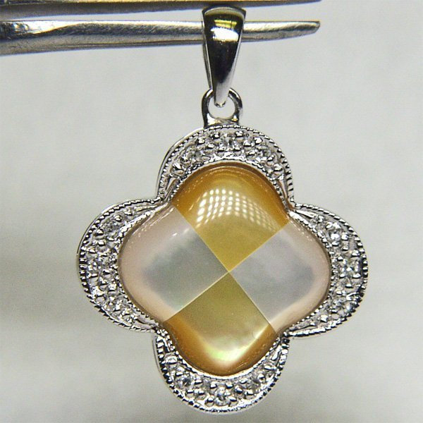 4009: 14KT Mother of Pearl Diamond Pendant 0.06 CTS