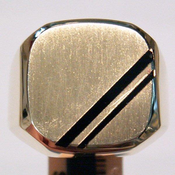 1039: 10KT. Gold Men's Onyx Signet Ring