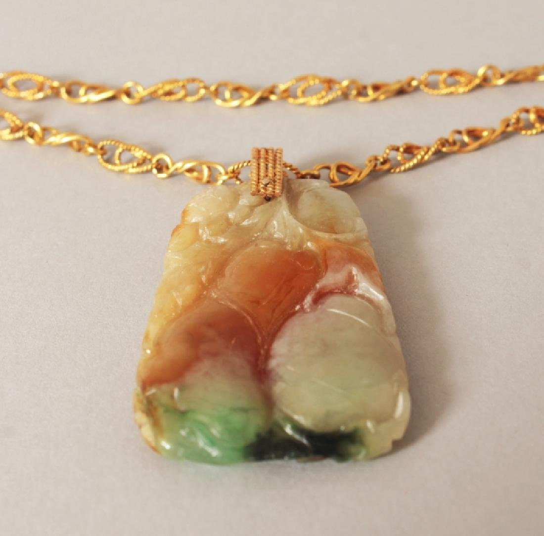 A 20TH CENTURY CHINESE JADE PENDANT, with gilt-metal