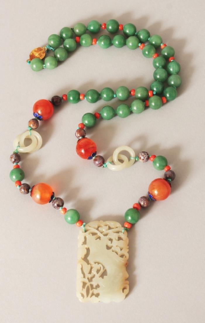 A GOOD QUALITY 20TH CENTURY CHINESE JADE PENDANT, with