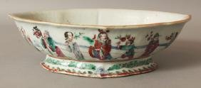 A SIMILAR 19TH CENTURY CHINESE FAMILLE ROSE FOOTED