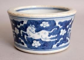A CHINESE KANGXI STYLE BLUE & WHITE PORCELAIN BRUSHPOT,