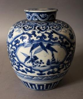 AN EARLY 20TH CENTURY JAPANESE BLUE & WHITE PORCELAIN