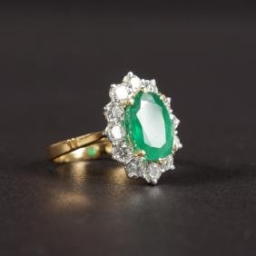 A GOOD 18CT YELLOW GOLD, EMERALD AND DIAMOND CLUSTER