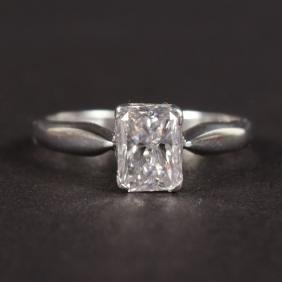 AN 18CT WHITE GOLD EMERALD CUT DIAMOND RING, 1CT.