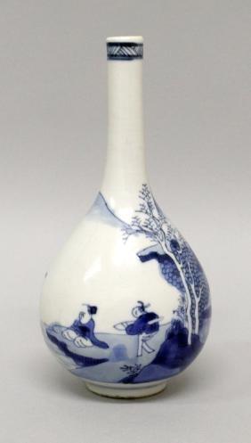 A CHINESE KANGXI PERIOD BLUE & WHITE PORCELAIN BOTTLE