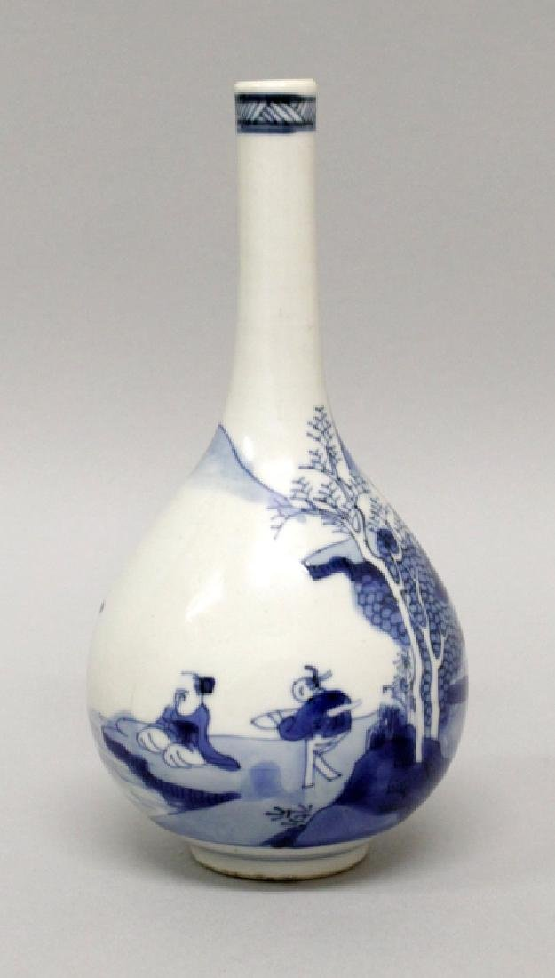 A CHINESE KANGXI PERIOD BLUE & WHITE PORCELAIN BOTTLE