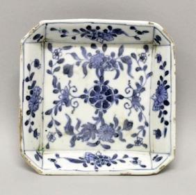 A CHINESE KANGXI PERIOD BLUE & WHITE PORCELAIN TEAPOT