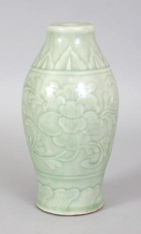 AN 18TH/19TH CENTURY CHINESE CELADON PORCELAIN VASE,