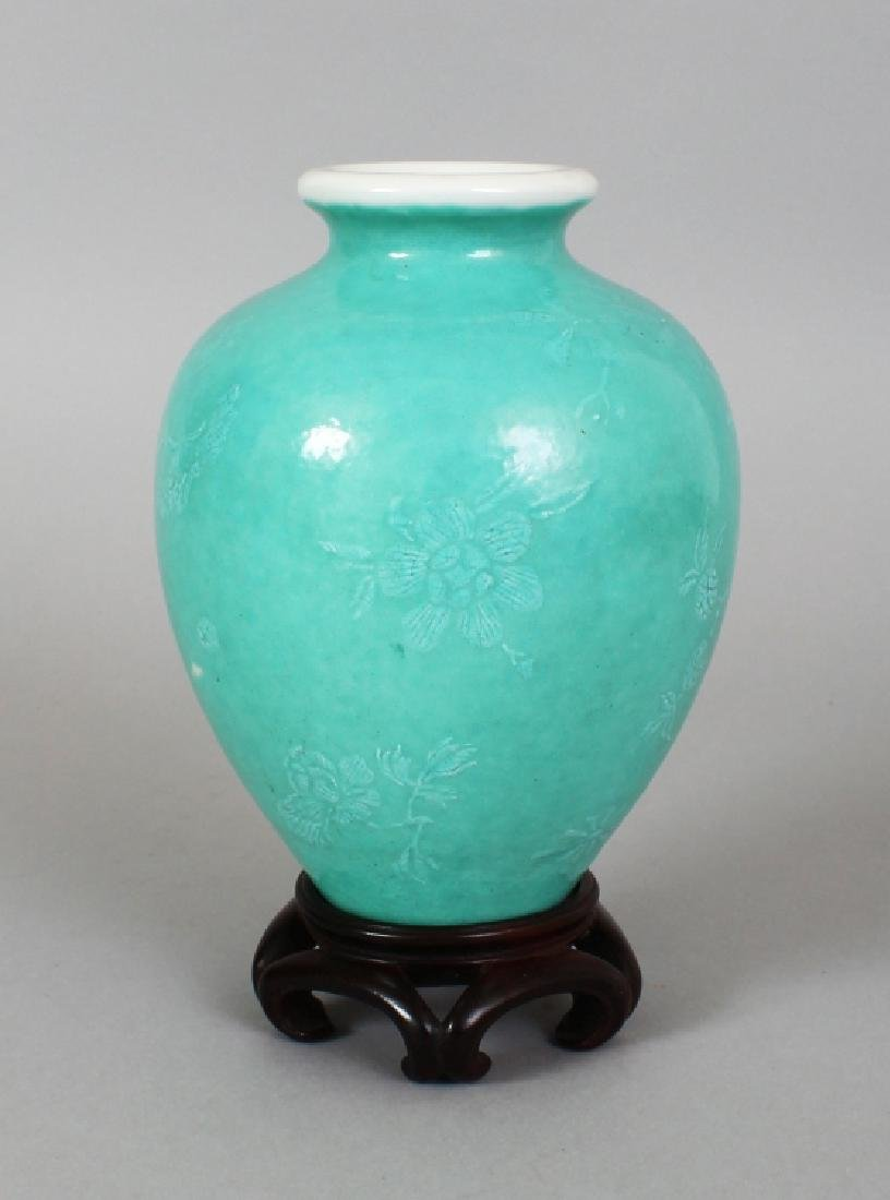 AN 18TH/19TH CENTURY CHINESE GREEN GLAZED PORCELAIN