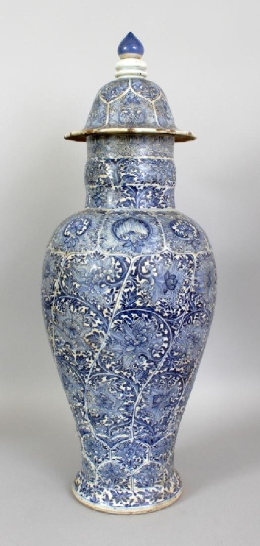 A LARGE CHINESE KANGXI PERIOD BLUE & WHITE PORCELAIN